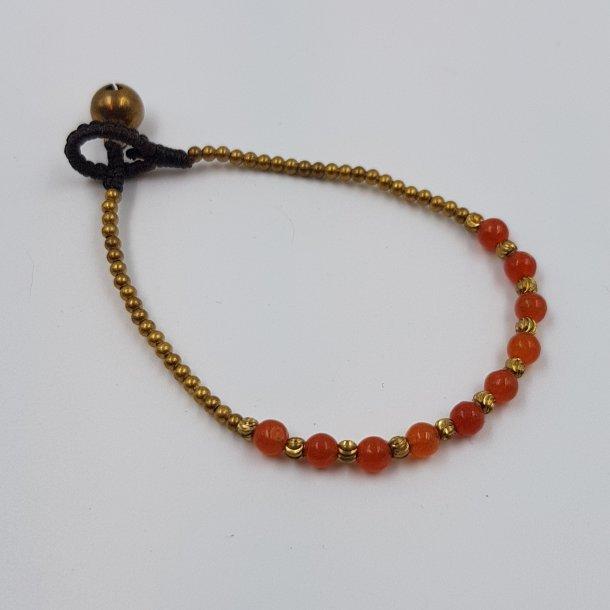 Armbånd med små røde perler